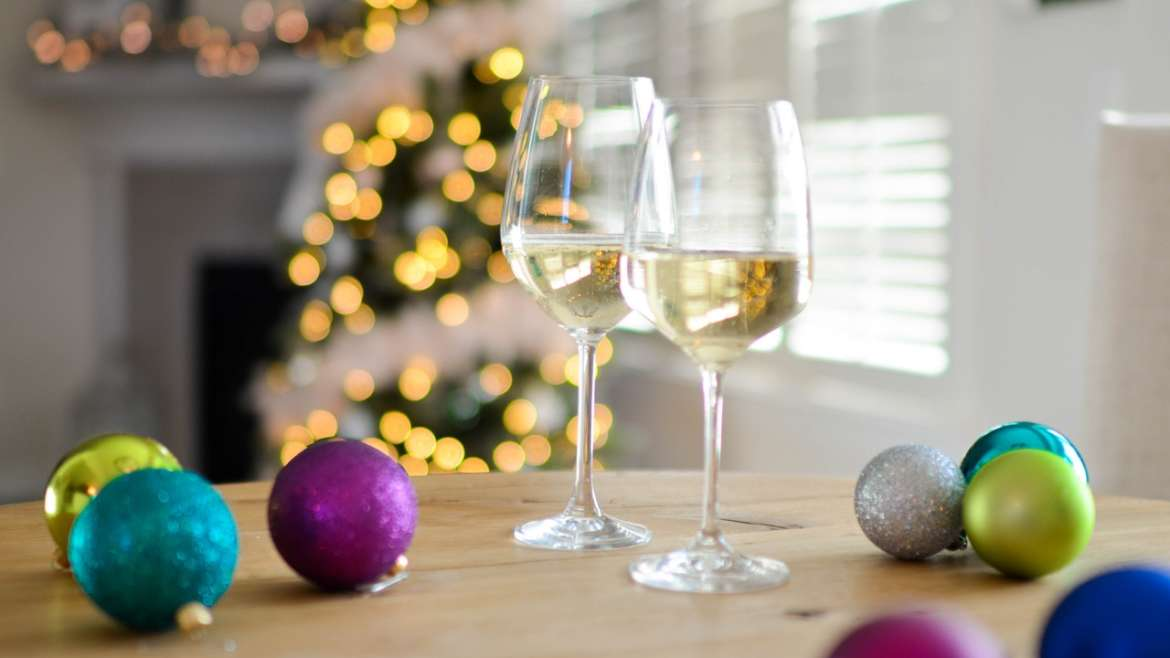 5 Ways to Easily Wrap a Wine Bottle & the Wine Glasses